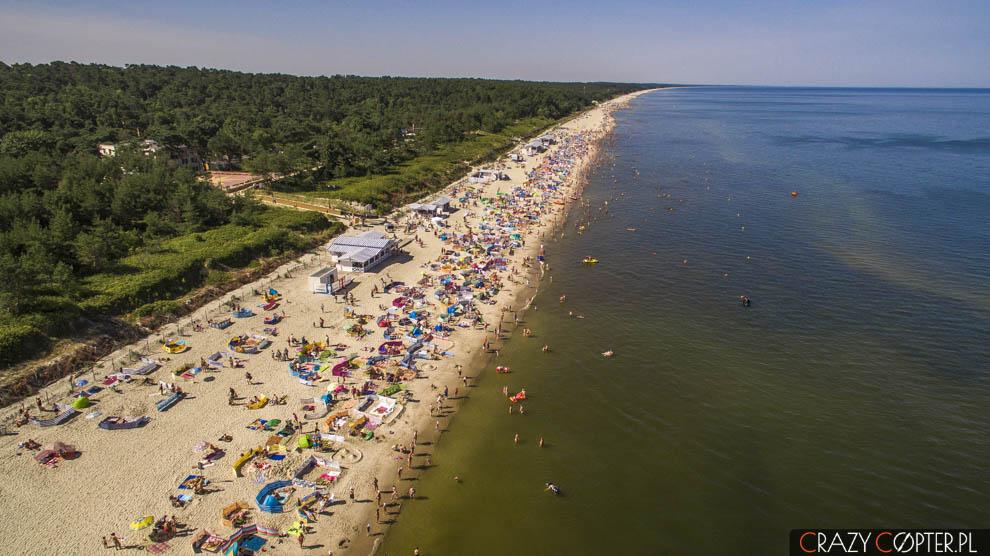 Plaża nad Bałtykiem w Krynicy Morskiej widziana z drona.