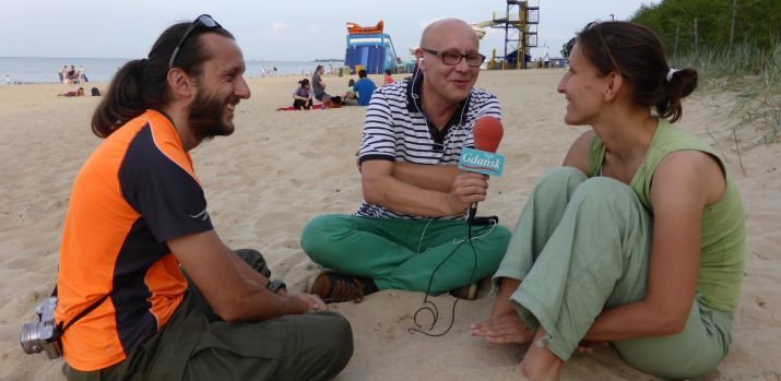Włodek Raszkiewicz z Radio Gdańsk przepytuje nas na plaży w Jelitkowie.