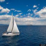 Jacht pod żaglami na pełnym morzu w Grecji.