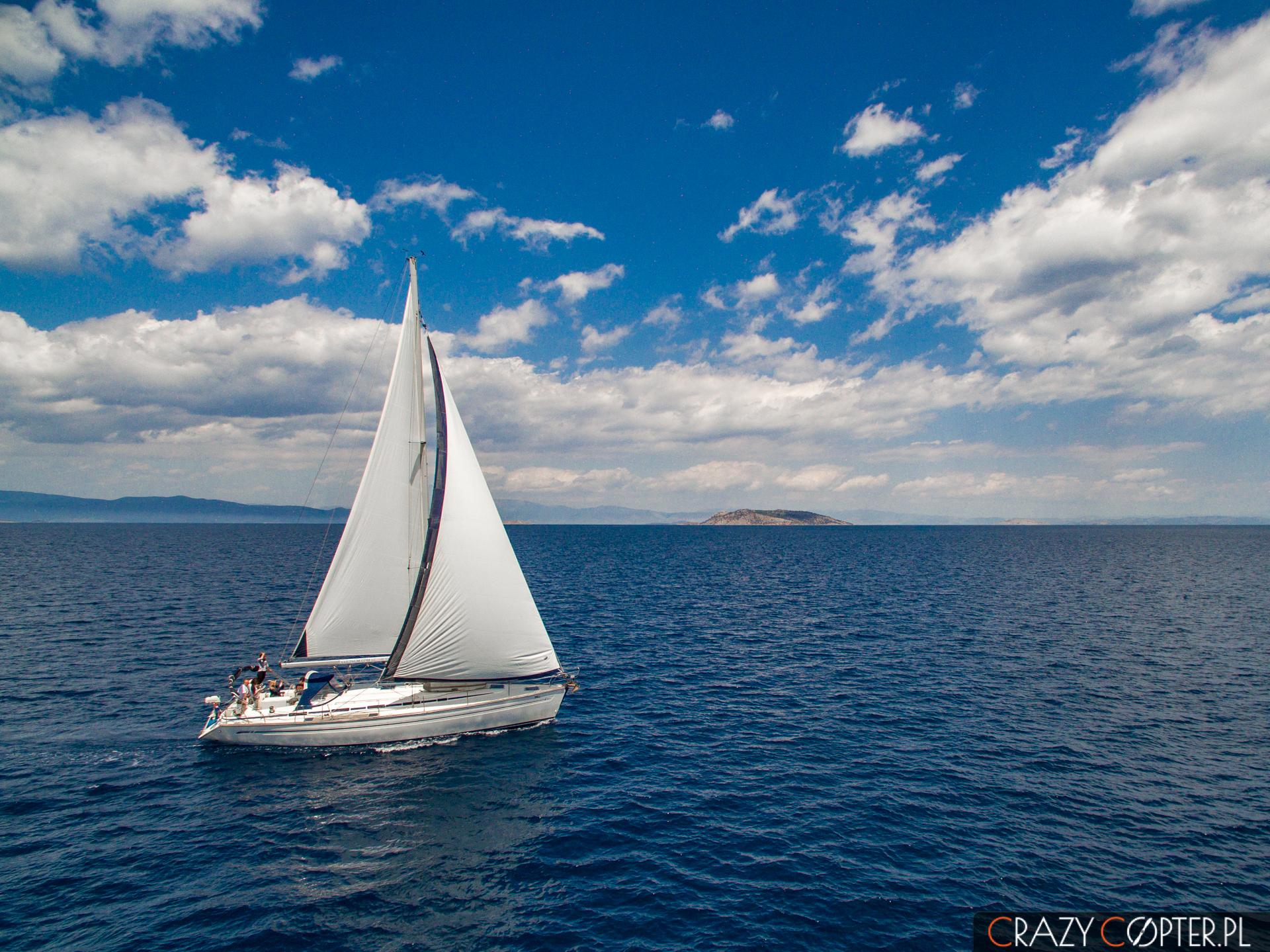 Zdjęcia z drona - jacht pod żaglami na pełnym morzu