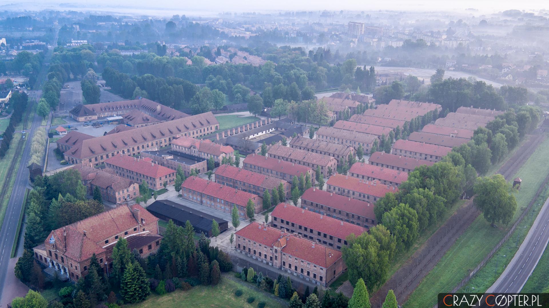 Widok z góry na obóz koncentracyjny Auschwitz - zdjęcie z drona