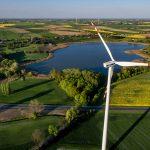 Farma wiatrowa na Pomorzu - zdjęcie z drona.