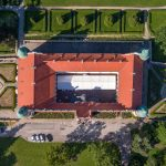 Zamek wBaranowie Sandomierskim prezentuje się imponująco zlotu ptaka