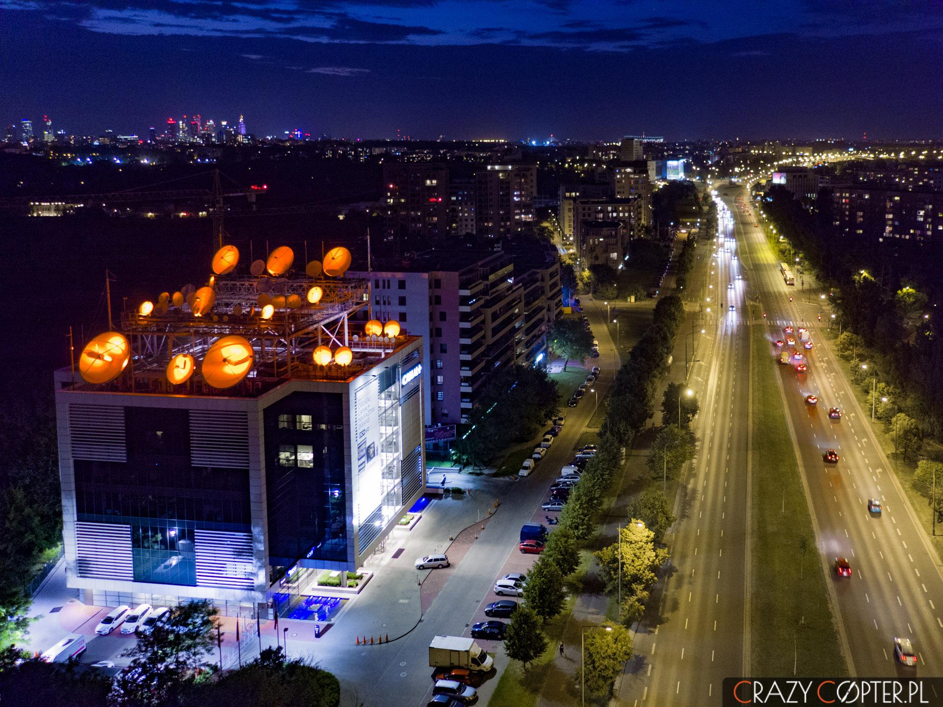 Nocne zdjęcie zdrona wWarszawie przedstawiające budynek Canal+