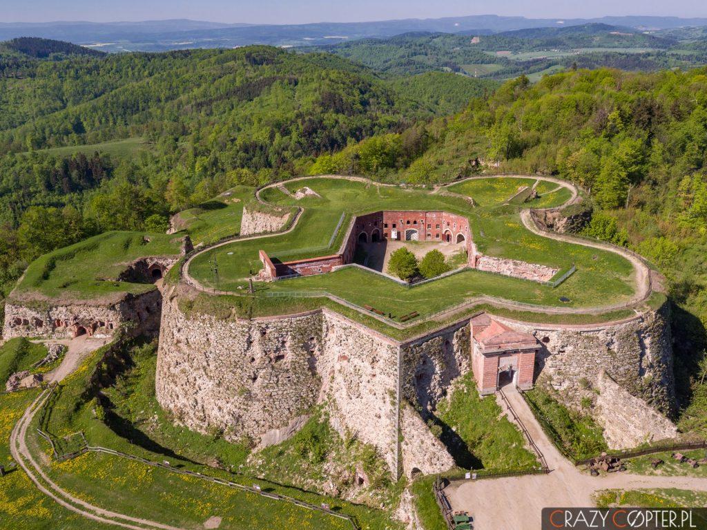 Twierdza Srebrna Góra - zdjęcia z drona od przodu, czyli strony południowej.