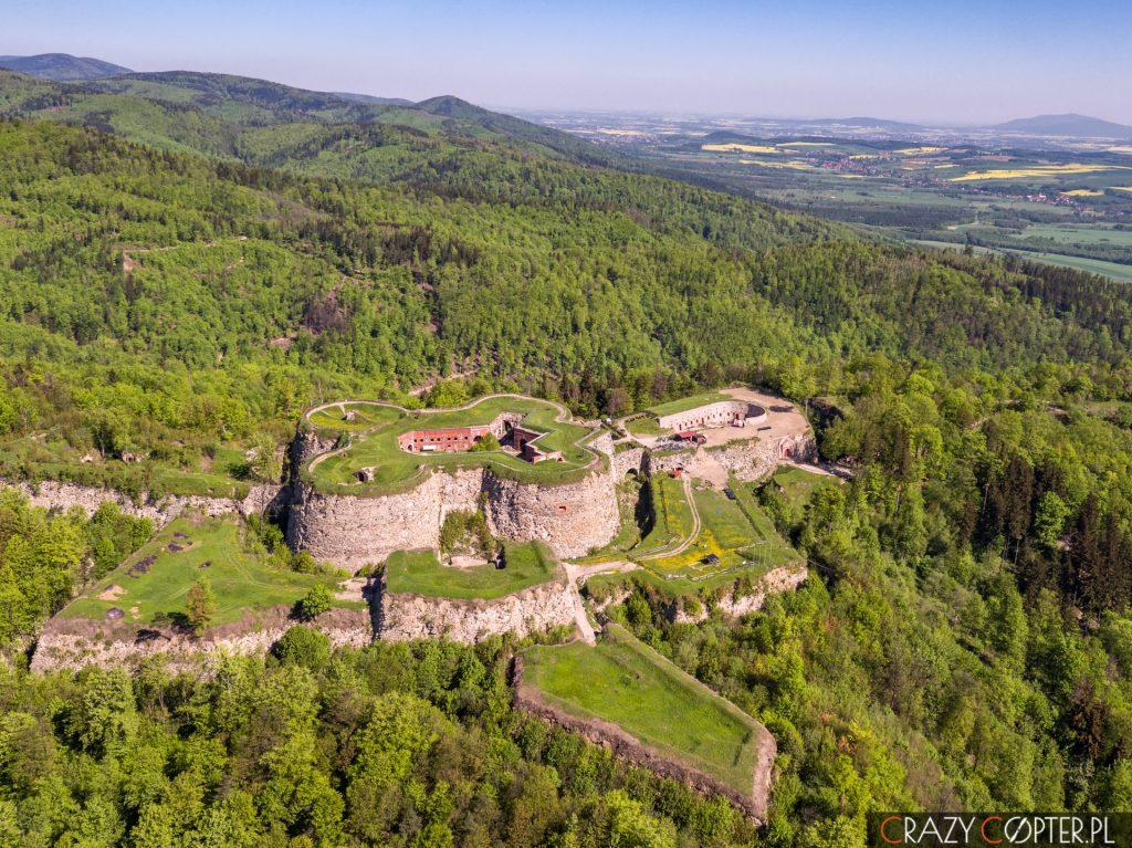 Twierdza Srebrna Góra - zdjęcia z drona pokazujące okolice i położenie twierdzy.