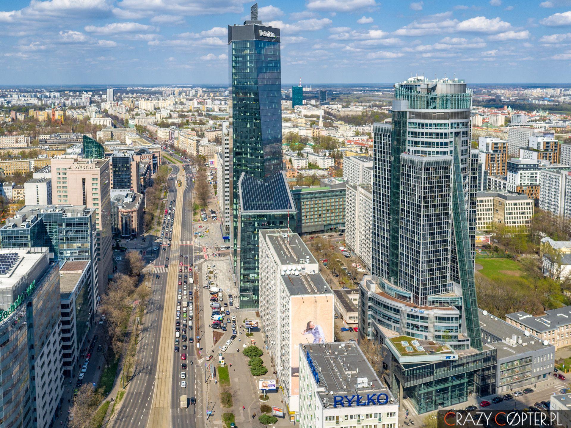 Zdjęcie zlotu ptaka przedstawiające wieżowce wCentrum Warszawy.