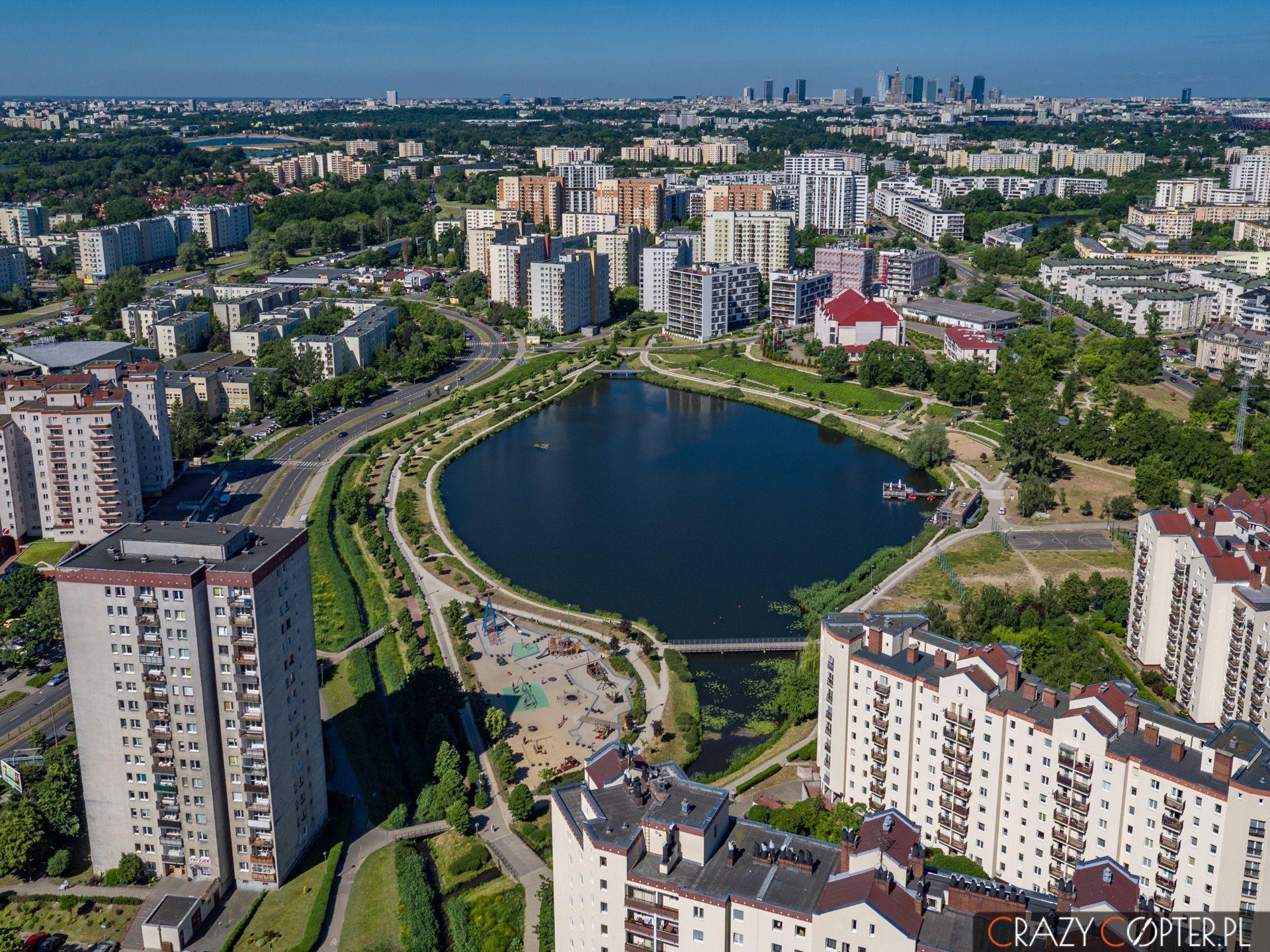Zdjęcia nieruchomości zdrona mają szansę pokazać szeroką perspektywę nateren wokół działki lub inwestycji.